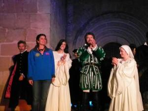 Abigail Tomey  saluda tras la representación del Tenorio en Sigüenza el pasado fin de semana (Foto: R.B./www.culturaenguada.es)