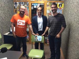 Los candidados de C's, PSOE y Ahora Gu, junto a la silla vacía del candidato del PP, el pasado 20 en RADIO ARREBATO